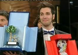 un commosso Antonio Maggio riceve i due premi dalla giuria come vincitore dell'edizione 2013 di Sanremo Giovani