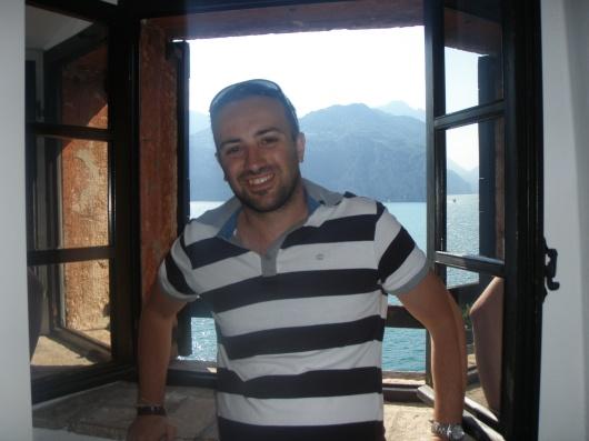 io, all'interno del castello di Malcesine, sullo sfondo lo splendido lago di Garda, una delle mete che porto nel cuore