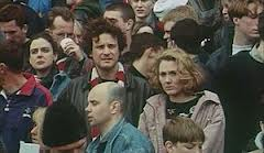 i due protagonisti del film al mitico stadio Highbury di Arsenal