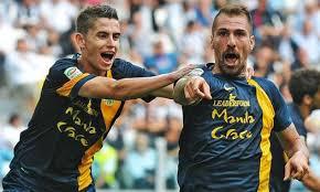 la gioia incontenibile di Cacciatore (qui festeggiato dall'ottimo Jorginho) dopo l'illusorio gol del vantaggio dell'Hellas contro la Juventus