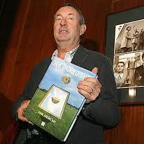 Nick Mason in posa col suo libro, la cui bellissima copertina è opera dello storico collaboratore dei Pink Floyd, Storm Thorgerson
